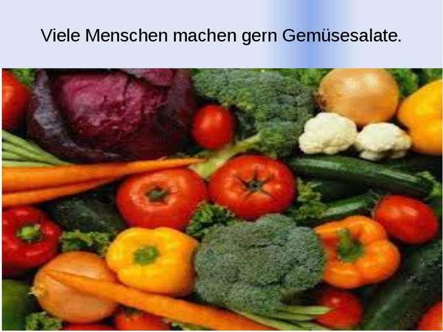Viele Menschen machen gern Gemüsesalate.