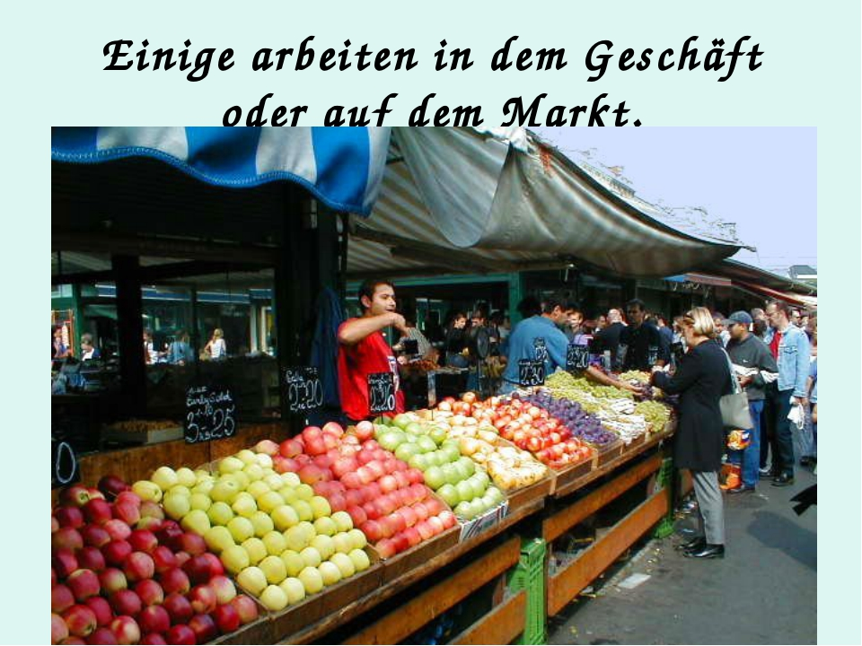 Einige arbeiten in dem Geschäft oder auf dem Markt.