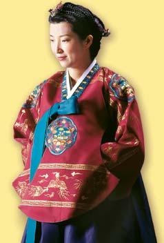Кореянка в красно-голубом ханбоке