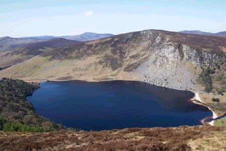 Ирландия. Озеро Лох-Тэ (Черное озеро) в горах Уиклоу к югу от Дублина, принадлежит семейству Гиннесов