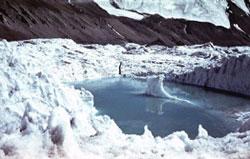Озеро в леднике
