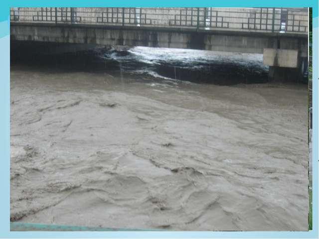 Река может за секунды нести огромное количество дождёвой воды.