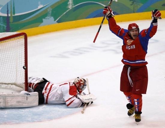 Александр Овечкин забрасывает шайбу в ворота канадцев