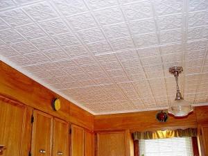 Оформление потолка потолочной плиткой