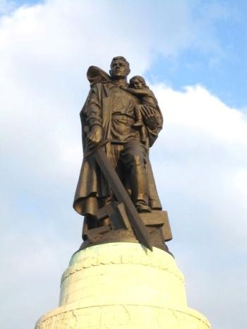 450px-Soviet_Cenotaph_Berlin_Treptower_Park.jpg