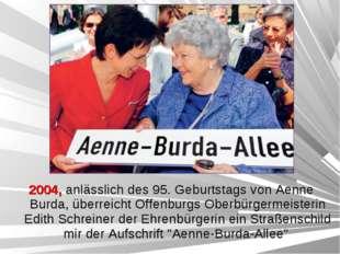 2004, anlässlich des 95. Geburtstags von Aenne Burda, überreicht Offenburgs O