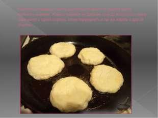Разогреть сковороду, налить растительное масло. В горячее масло выложить сырн