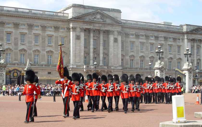 http://englandcountry.net/wp-content/uploads/2013/04/38.1_London-Changing-Guards.jpg