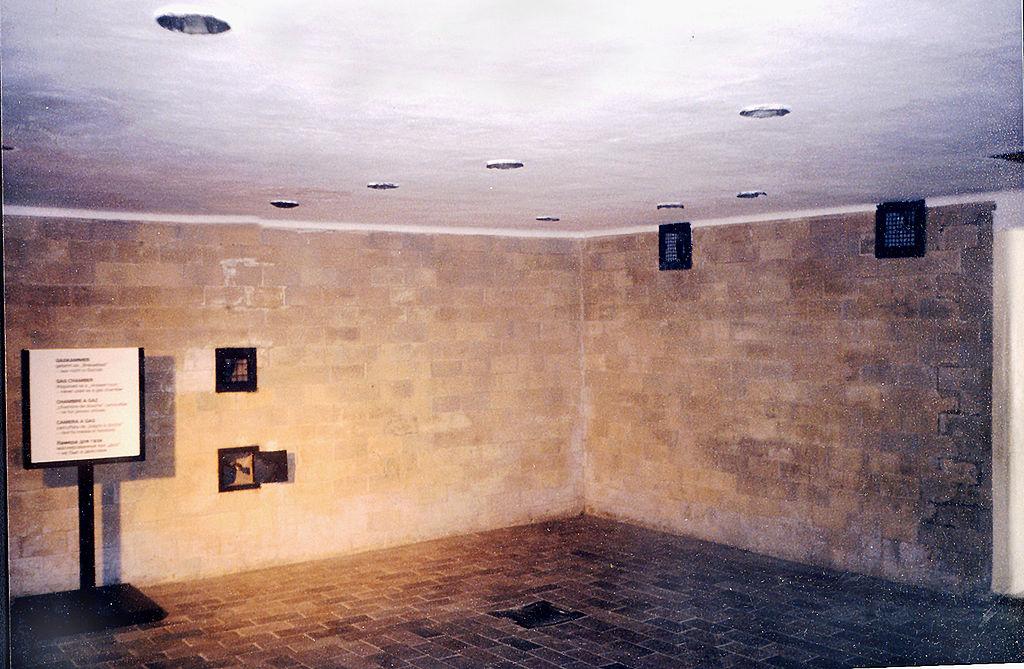 https://upload.wikimedia.org/wikipedia/commons/thumb/6/64/KL_Dachau_Block_X_gas_chamber.jpg/1024px-KL_Dachau_Block_X_gas_chamber.jpg