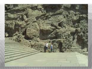 Когда смотришь на фото или издалека на монумент, то не представляешь его ист