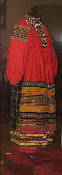 https://upload.wikimedia.org/wikipedia/commons/thumb/6/6d/Russian_folk_dress_%28VMDPNI%29_04b_by_shakko.jpg/200px-Russian_folk_dress_%28VMDPNI%29_04b_by_shakko.jpg