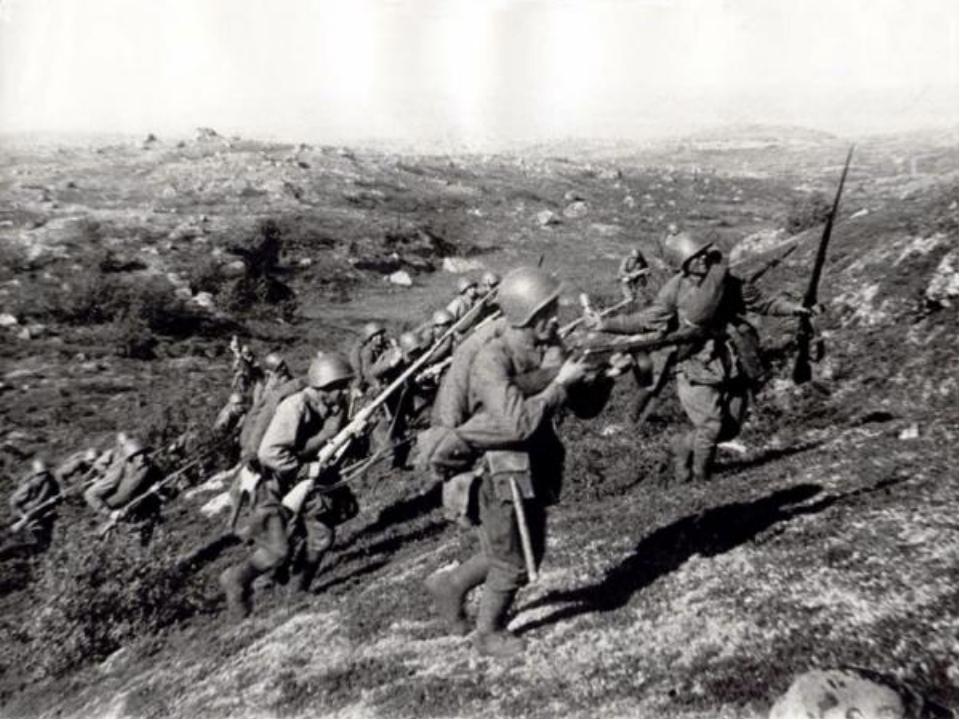 Первые месяцы войны были неимоверно тяжелы: советские войска несли большие п...