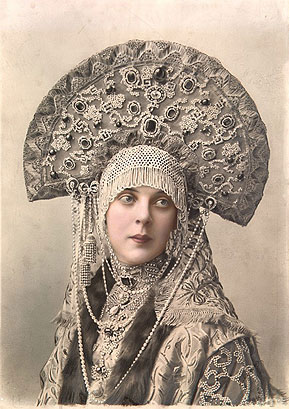 https://upload.wikimedia.org/wikipedia/commons/e/eb/1903_ball_-_Princess_Olga_K._Orlova_%28nee_princess_Beloselsky-Belozwersky%29.jpg