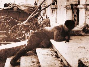Гвардии рядовой Г. Шарков пишет письма на родину с передовой линии фронта