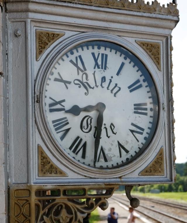 Часы появились на вокзале местечка Кляйн Гни в начале прошлого века. Тикают до сих пор.