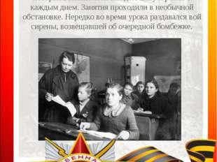 В условиях осажденного Ленинграда необходимо было связать обучение с обороной