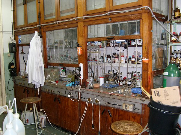 http://chemistry-chemists.com/N6_2011/P16/laboratory.jpg