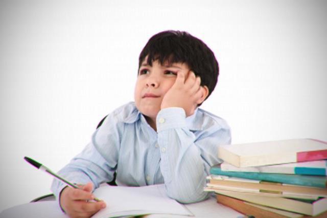 Школьник недовольно домашнее задание - Стоковое фото Xalanx #2007891