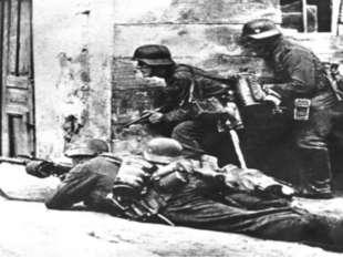 Враги так и не смогли попасть во двор, а приближавшиеся выстрелы отогнали их