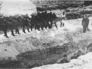 Когда заработал немецкий пулемёт, люди стали падать, как подкошенные. Среди