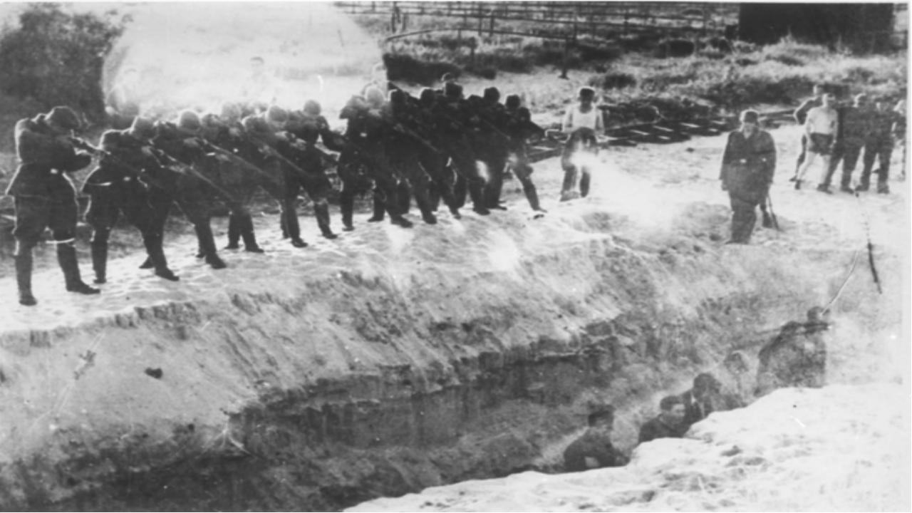 Когда заработал немецкий пулемёт, люди стали падать, как подкошенные. Среди...