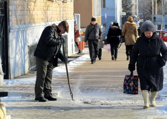 Дворник с ломом в последние дни нау лицах Белгорода - обычное я вление.