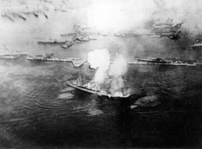 Линкор «Октябрьская революция» под ударом немецкой авиации