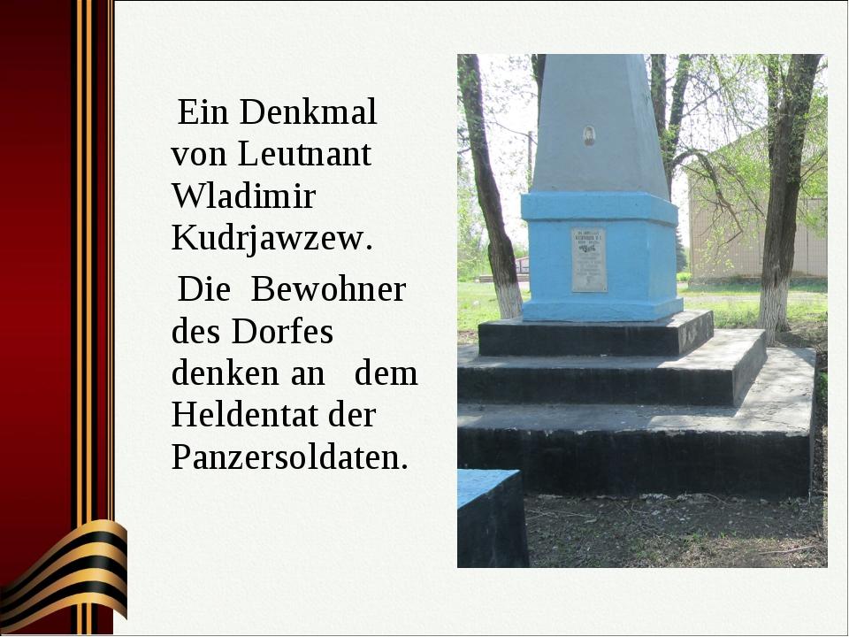 Ein Denkmal von Leutnant Wladimir Kudrjawzew. Die Bewohner des Dorfes denken...