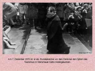 Am 7. Dezember 1970 ist er als Bundeskanzler vor dem Denkmal den Opfern des N