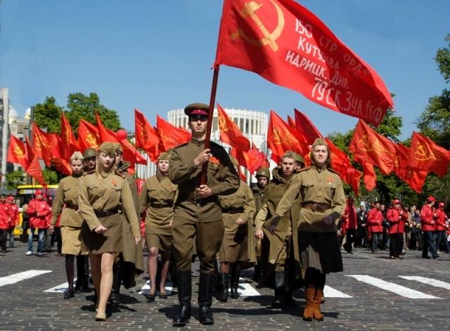 Зачем Янукович сначала разрешил, а потом запретил Знамя Победы - Slon.ru