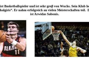 """Er ist Basketballspieler und ist sehr groβ von Wuchs. Sein Klub heiβt """"Shalgi"""