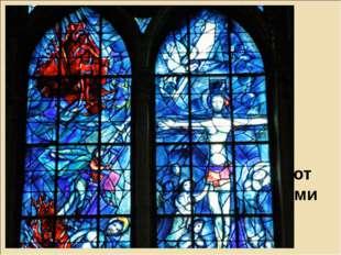 Внутри собора следует обратить внимание на замечательные витражи, над которым
