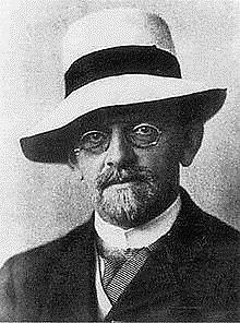 https://upload.wikimedia.org/wikipedia/commons/thumb/7/79/Hilbert.jpg/220px-Hilbert.jpg