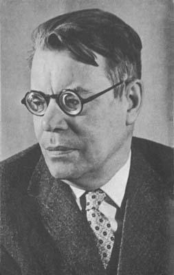 Советский поэт Михаил Исаковский, автор текста песни