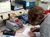 Eine Mitarbeiterin eines Elektronikbetriebes an ihrem Arbeitsplatz; Quelle: Colourbox.com