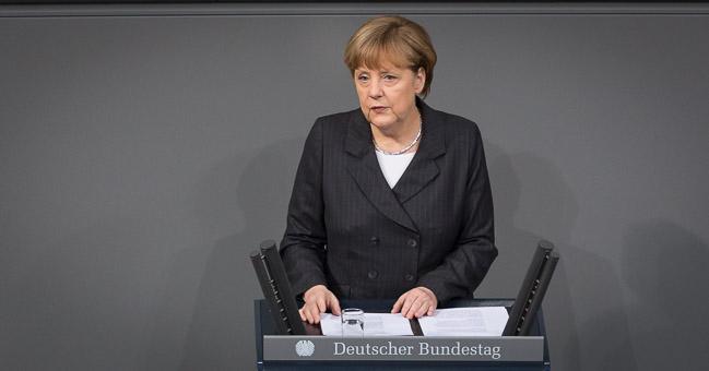Bundeskanzlerin Angela Merkel hält im Bundestag eine Regierungserklärung nach den Terroranschlägen in Paris