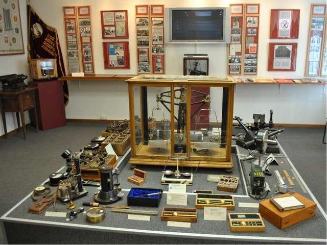 Коллекция измерительных приборов и устройств.