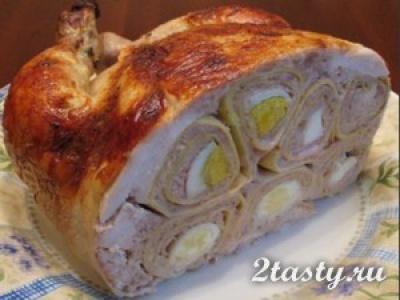 Курица, фаршированная блинами с мясом и яйцами (фото)