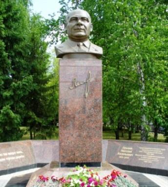 Памятник Лемаеву