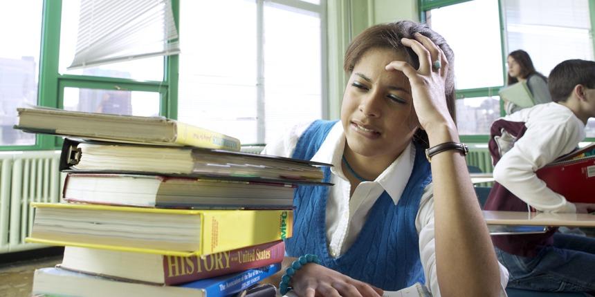 Девочка, испытывающая стресс в школе