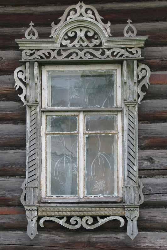 Декоративный резной наличник оформленный строго и гармонично