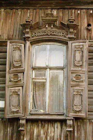 Уникальный деревянный резной наличник и забытые ставни нуждающиеся в ремонте