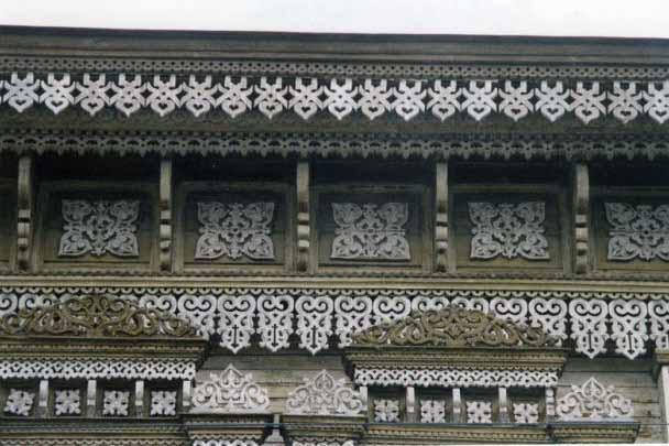 Уникальный деревянный фасад старого дома украшенный прорезной резьбой