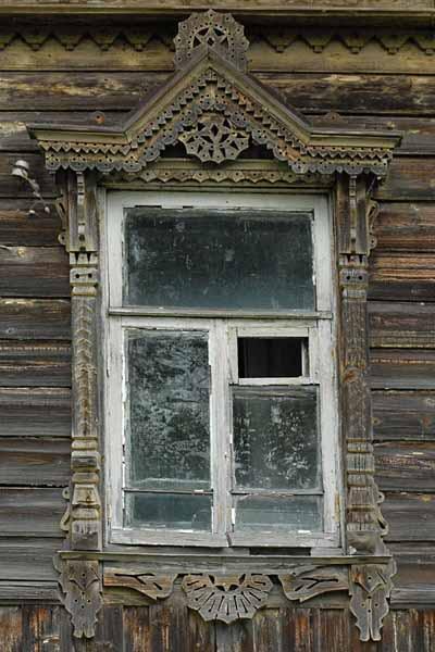 Старинный деревянный резной наличник требующий глубокой реставрации