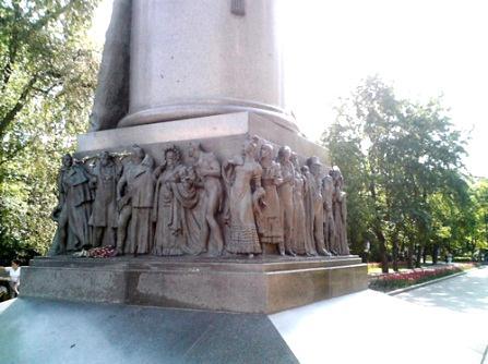 Пьедестал памятника А. С. Грибоедову в Москве (персонажи пьесы Горе от ума)