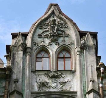 Щипец главного фасада Дома с кошками архитектора Бессметрного, Киев.