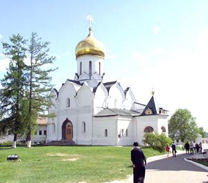 Собор Рождества Богородицы Саввинско-Сторожевского монастыря - четырехстолпный, крестовокупольный, с позакомарным покрытием.