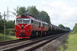 Грузовой поезд, ведомый тепловозом
