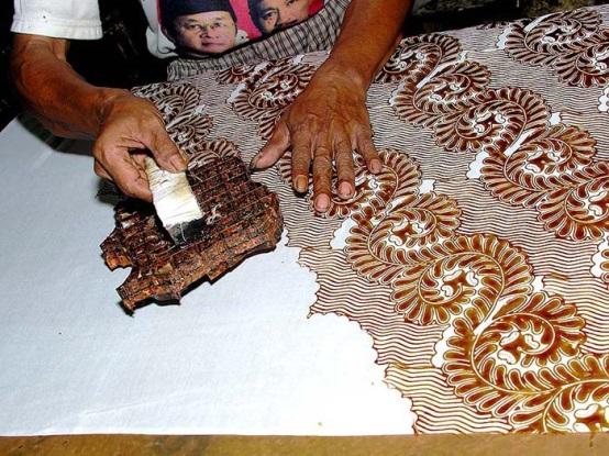 Нанесение воска на ткань при помощи штампа